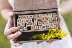 Caja con las letras de madera Imagenes de archivo