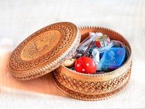 Caja con los accesorios de costura Imagen de archivo libre de regalías