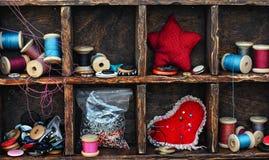 Caja con los accesorios de costura Imágenes de archivo libres de regalías
