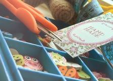 Caja con los accesorios para la costura Imágenes de archivo libres de regalías