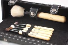Caja con los cepillos del maquillaje Fotos de archivo libres de regalías