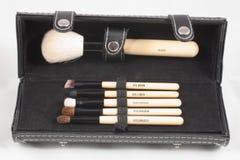Caja con los cepillos del maquillaje Imagen de archivo