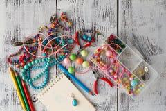 Caja con los corazones de las gotas, de los alicates y del vidrio para crear la joya hecha a mano Fotos de archivo libres de regalías