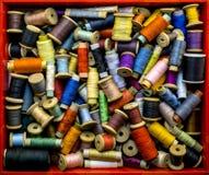 Caja con los hilos coloreados para coser Imágenes de archivo libres de regalías