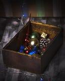 Caja con los nuevos juguetes años Imagenes de archivo