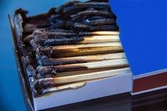 Caja con los partidos quemados Foto de archivo