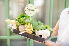 Caja con los productos orgánicos imágenes de archivo libres de regalías