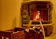 Caja con madera y la chimenea imágenes de archivo libres de regalías
