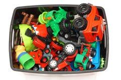 caja con muchos juguetes en el fondo blanco Foto de archivo