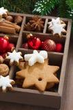 Caja con símbolos de la Navidad en una tabla de madera, primer Foto de archivo libre de regalías