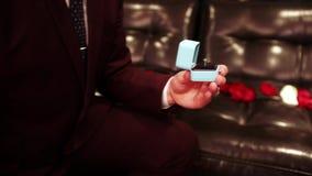 Caja con un anillo de plata almacen de video