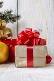 Caja con un arco para un regalo Fotos de archivo libres de regalías