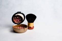Caja con un colorete y cepillo para el maquillaje Imágenes de archivo libres de regalías