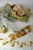 Caja con un regalo y decoraciones del Año Nuevo Foto de archivo