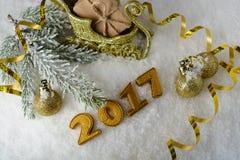 Caja con un regalo y decoraciones del Año Nuevo Imagenes de archivo