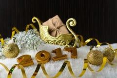Caja con un regalo y decoraciones del Año Nuevo Imagen de archivo libre de regalías