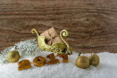 Caja con un regalo y decoraciones del Año Nuevo Foto de archivo libre de regalías