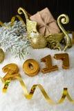Caja con un regalo y decoraciones del Año Nuevo Fotografía de archivo