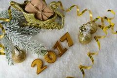 Caja con un regalo y decoraciones del Año Nuevo Fotografía de archivo libre de regalías