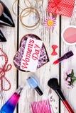 Caja, cosméticos y tarjeta en forma de corazón Foto de archivo libre de regalías