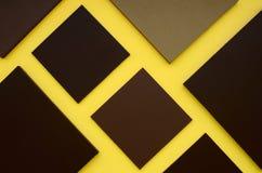 Caja cuadrada de Brown en fondo amarillo Imagenes de archivo