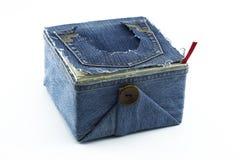 Caja de almacenamiento con las fuentes que tejen: hilo de coser, tijeras, carretes del hilo y agujas, accesorios para coser aisla foto de archivo libre de regalías