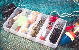 Caja de almacenamiento con los accesorios para pescar Fotos de archivo