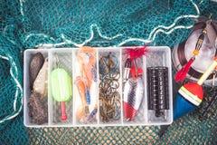 Caja de almacenamiento con los accesorios para pescar Foto de archivo