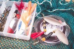 Caja de almacenamiento con los accesorios para pescar Foto de archivo libre de regalías