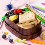 Caja de almuerzo escolar con los bocadillos Imágenes de archivo libres de regalías