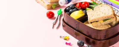 Caja de almuerzo escolar con los bocadillos Fotografía de archivo libre de regalías