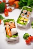 Caja de Bento con diversa comida, los veggies frescos y las frutas fotos de archivo libres de regalías