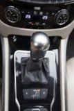 Caja de cambios automotriz en el interior del coche Fotografía de archivo libre de regalías