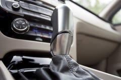 Caja de cambios automotriz en el interior del coche Imagenes de archivo