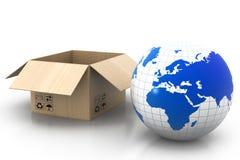 Caja de cartón abierta con el globo de la tierra Foto de archivo