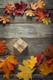 Caja de cartón atada con la secuencia en un arco en un fondo de madera i Foto de archivo libre de regalías