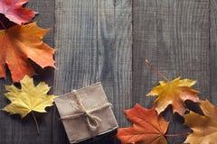 Caja de cartón atada con la secuencia en un arco en un fondo de madera i Imagen de archivo