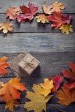 Caja de cartón atada con la secuencia en un arco en un fondo de madera i Fotos de archivo