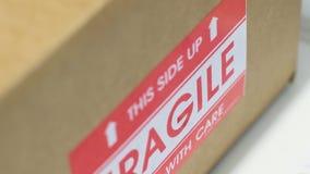 Caja de cartón con la etiqueta engomada frágil metrajes
