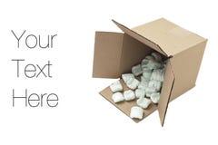 Caja de cartón con los cacahuetes de la espuma de poliestireno Imagen de archivo