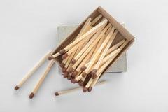 Caja de cartón con los partidos en la visión blanca, superior imágenes de archivo libres de regalías