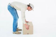 Caja de cartón de la cosecha del hombre de entrega Imagenes de archivo