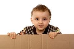 Caja de cartón de la explotación agrícola del muchacho Imagen de archivo libre de regalías