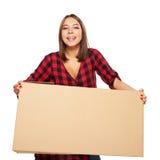 Caja de cartón de la mujer que lleva joven Fotos de archivo
