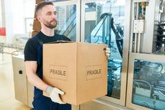 Caja de cartón del trabajador que lleva barbudo fotos de archivo libres de regalías