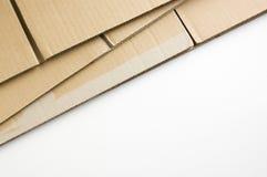 Caja de cartón empilada en el fondo blanco. Foto de archivo