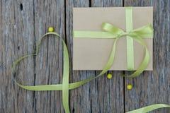 Caja de cartón en una tabla de madera imágenes de archivo libres de regalías
