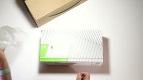 Caja de cartón Unboxing del Amazonas con NVidia Quadro RTX5000 almacen de metraje de vídeo