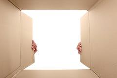 Caja de cartón abierta de la mano Fotografía de archivo