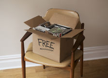 Caja de Cdes libres y de DVDs en silla Imagenes de archivo
